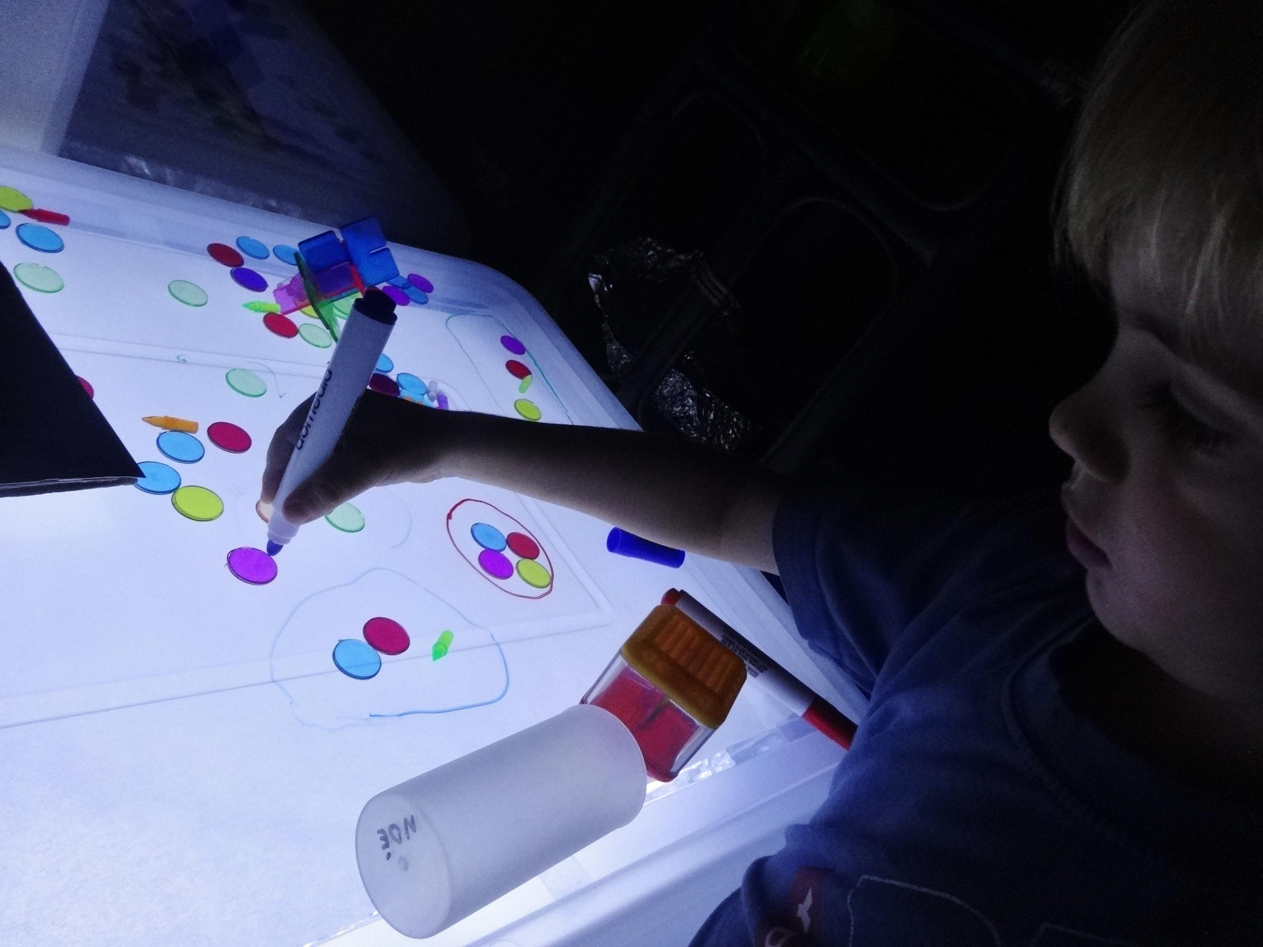 petits jetons et feutres [table lumineuse #2] | activités à la maison