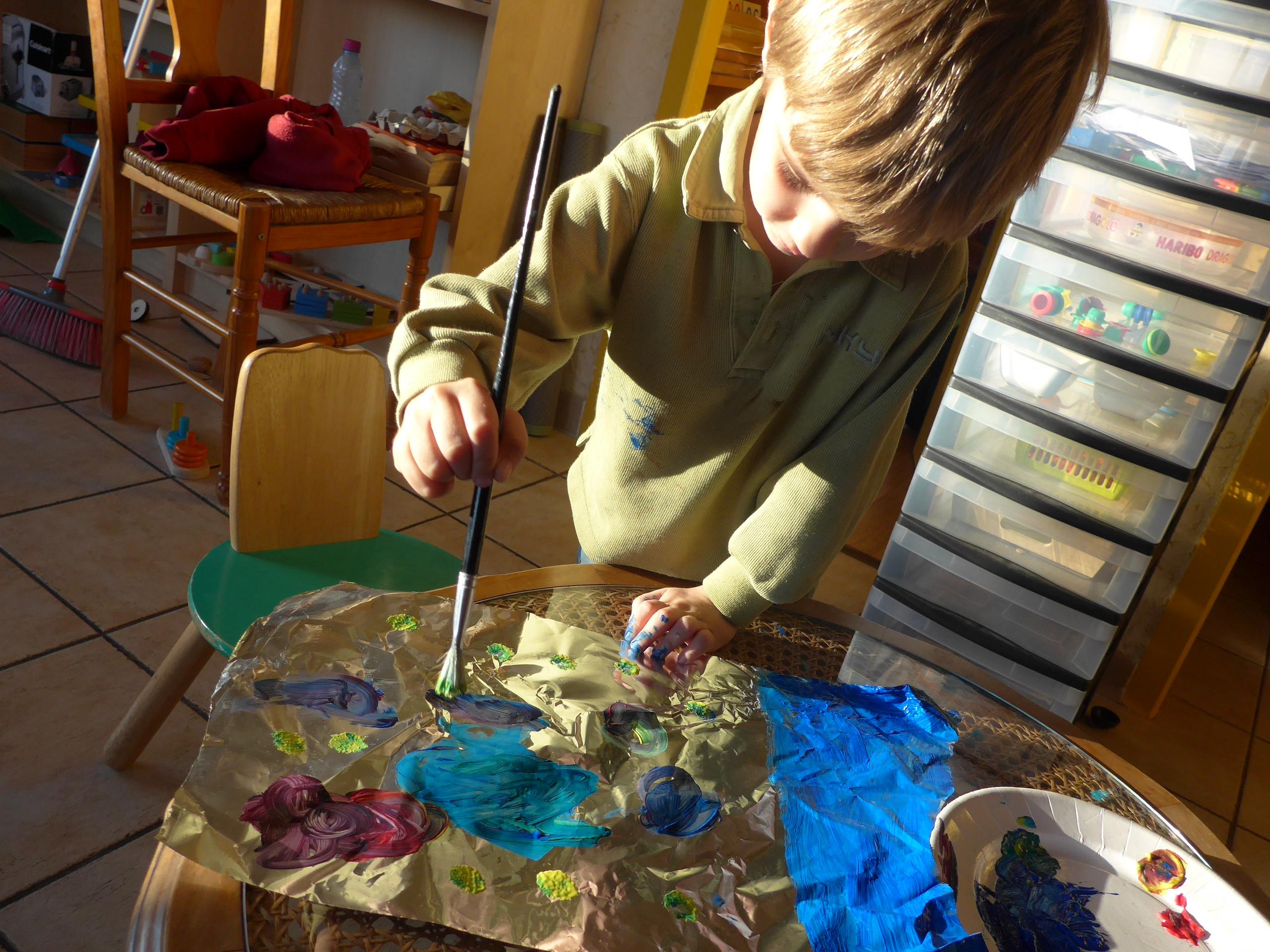 Varier Les Supports Peindre Sur Du Papier Alu Sur Des Feuilles De Sopalin Activites A La Maison