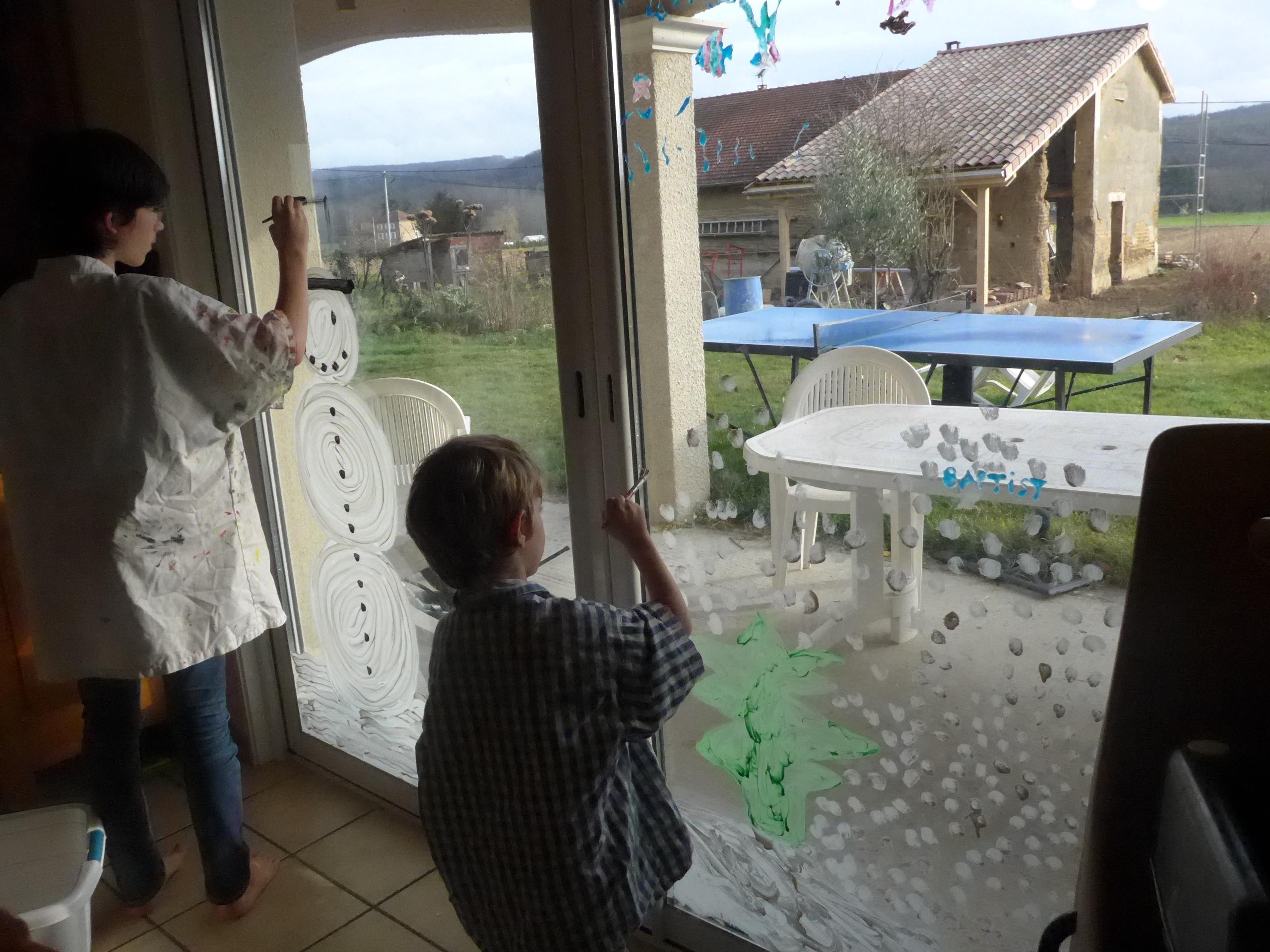 Peindre sur les vitres des d cors de no l activit s la - Peindre sur une vitre ...